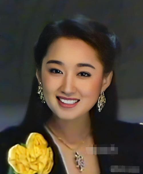 48岁杨钰莹罕见露面,一身红西装美到认不出