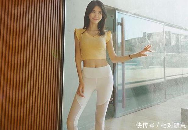 街拍:白皙傲人的打底裤小姐姐,精致浪漫的穿搭,尽显知性干练