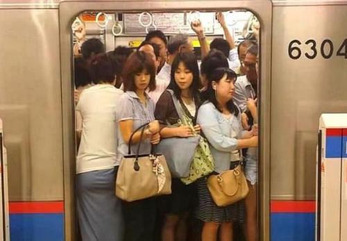"""为何日本旅行时,双肩包游客经常遭到""""嫌弃""""?当地美女透出内情"""