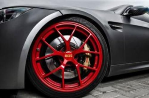 高速上偶遇红色轮胎的车,为啥不能靠近?老司机:比豪车还可怕