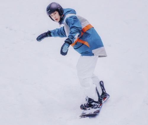 """爱豆走上""""滑雪场""""后,王一博娴熟,王源狂野,看到肖战:魏三岁上线!"""
