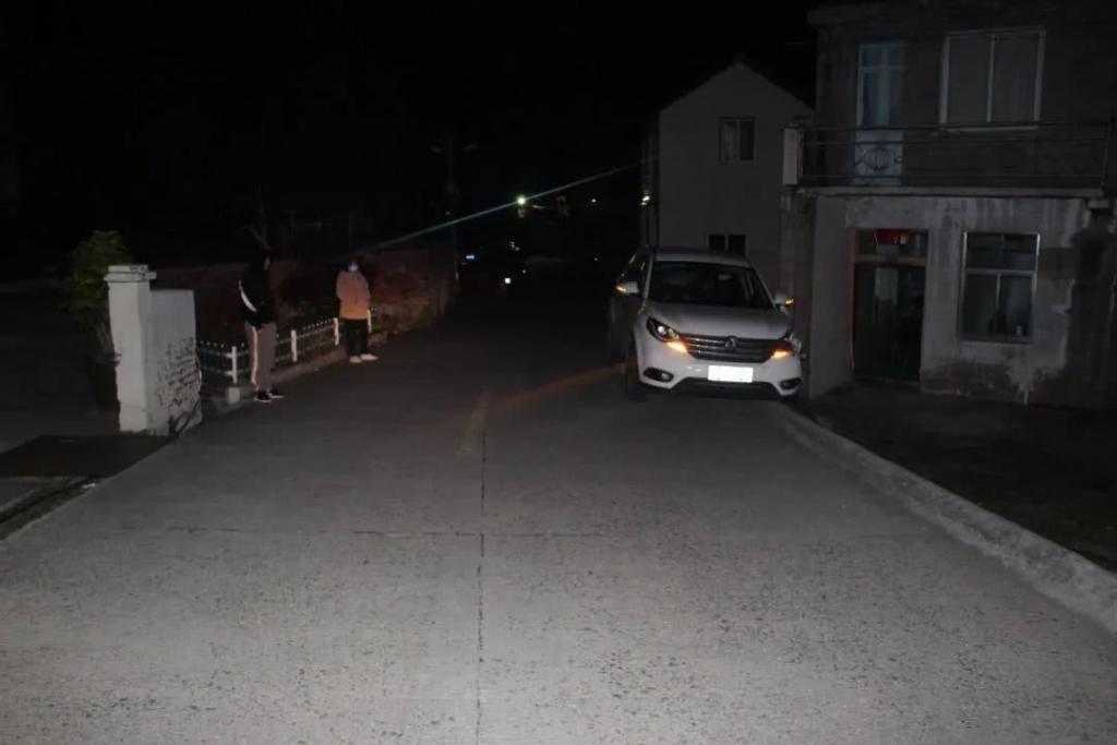 路边|温岭一轿车撞上路边民房,3人被拘留?怎么回事......