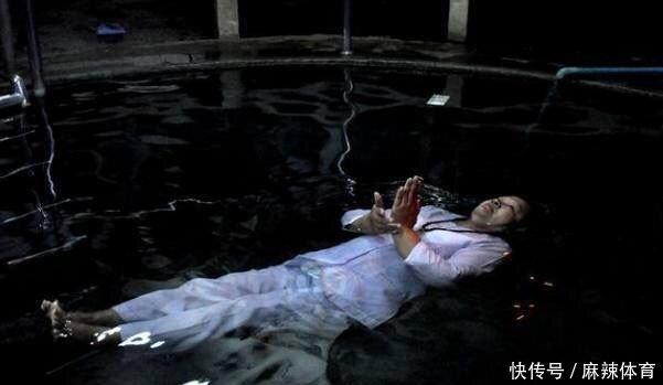 一大妈可以漂浮水面上