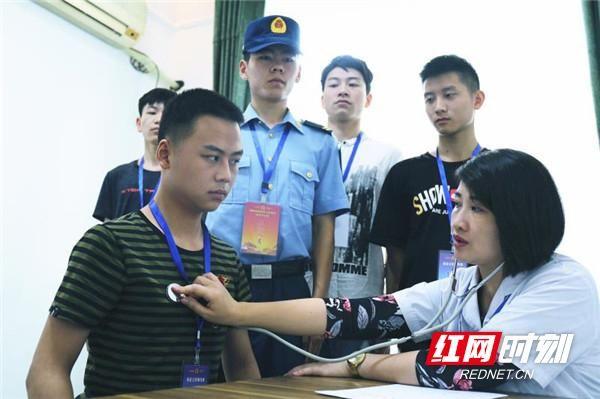 衡阳537名青年参加定向培养士官征兵体检