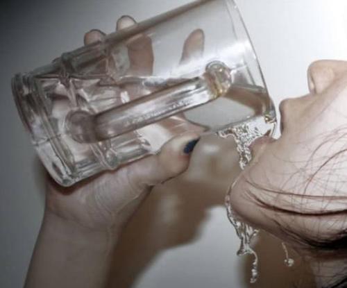 医生呵斥:这种水会致癌,不是隔夜水也不是千滚水,很多人经常喝插图(1)