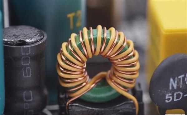 云星电子|三口USB+27瓦快充 米家插线板拆解:用料精细