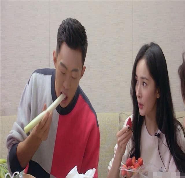 「拍戏的时」杨幂吃草莓,杨紫喝酸奶,热巴吃酸奶疙瘩,看到赵丽颖:没谁了
