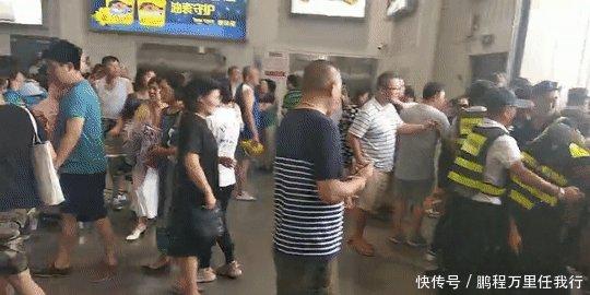 <b>Costco来中国大陆的首个周末,爱马仕茅台消失,众人排队退会员卡</b>