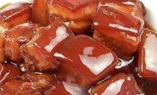 猪肉猪样煮色泽红润,皮质软烂,肥而不腻,酱香味浓