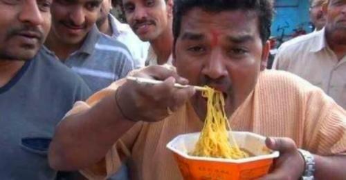 """中国的筷子在印度""""火""""了,难道筷子的使用,可以改变印度人手抓饭的习惯?"""