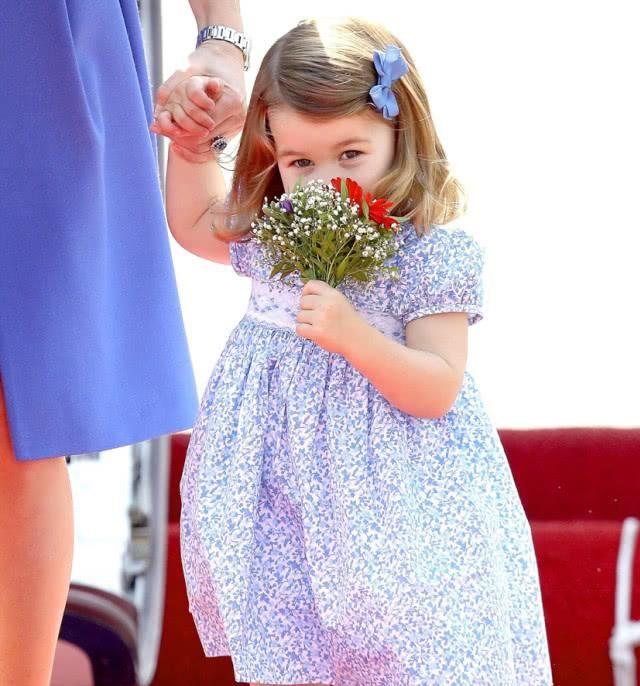 乔冶给凯特王妃送卡牌,夏洛特刚开始学芭蕾舞,路易:又不带