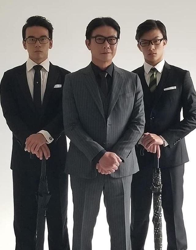 """56岁钱小豪登上""""人生巅峰"""",与俩儿子合影宛如三兄弟,颜值不减"""