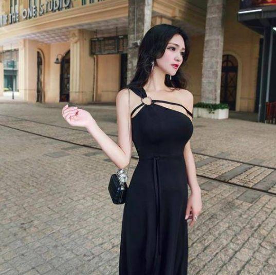 小姐姐时尚穿搭紧身抹胸装,尽显成熟的妩媚