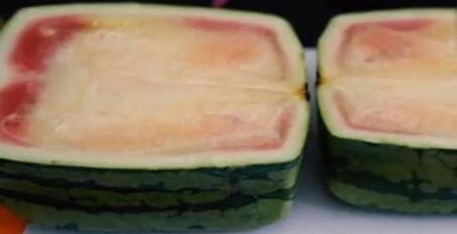 上1000元的日本国方甜瓜,割开一看,色调不太贴近生活