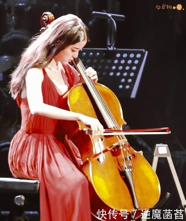 """欧阳娜娜演奏时肩带滑落,用大提琴防止走光的举动被赞""""聪明"""