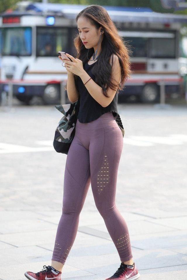 「美女」街拍耀人凹凸的紧身打底裤美女,搭配唯美时尚,拥有纤细大长腿