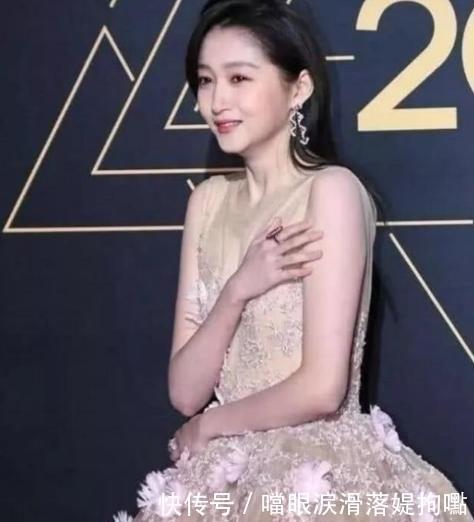 『景甜』女明星冬天走红毯赵丽颖被冻哭,她直接冻晕过去,景甜很机智