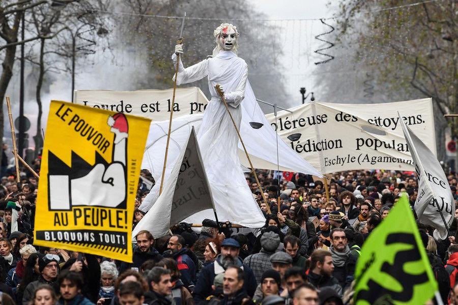 法国再次爆发全国性罢工:60多万人游行 或持续到年底