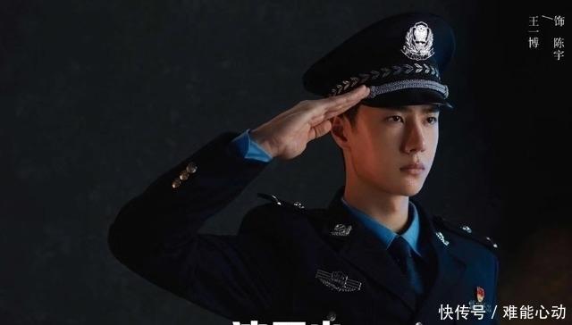 『宣誓』冰雨火:王一博人体喇叭式宣誓,与警察合照太板正,尝试飞车