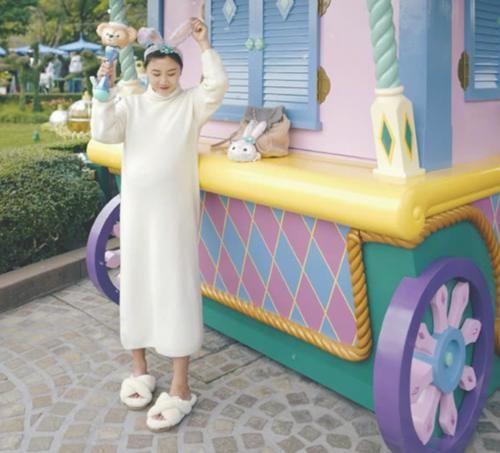 [迪士尼公主孕妇肚]何雯娜挺孕肚逛迪士尼,疯狂购物惹富二代老公不满,忍不住发文吐槽_【快资讯】