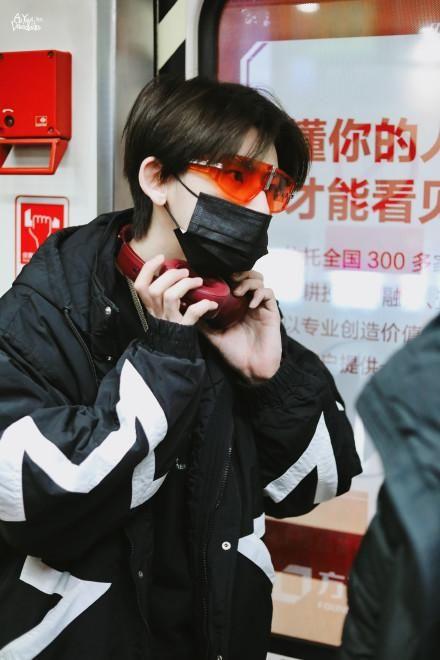 200106 顺毛琳琳突然现身北京机场飞往首尔 黑色棉服搭配橙色潮裤超酷