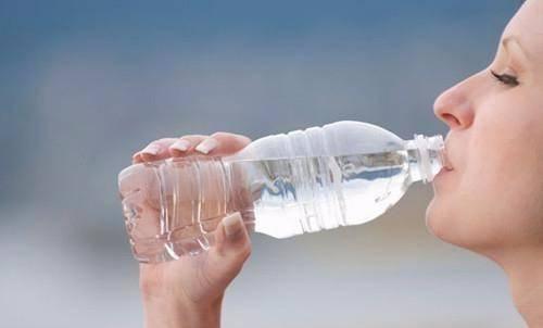 「导致」喝水少的人易得病!每天喝多少水最健康?三个时间段务