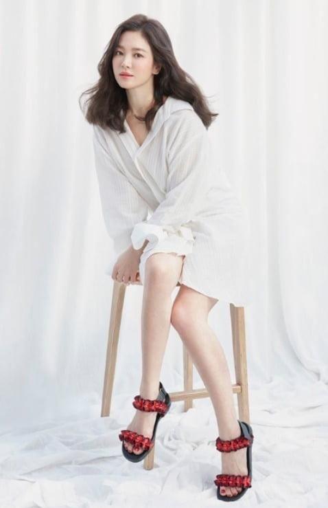「运动鞋」宋慧乔携手女鞋品牌为青少年捐赠运动鞋展现善心