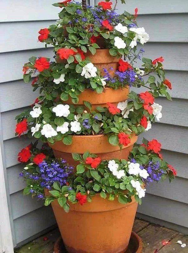 <b>陶盆串起来变成垂直盆栽,小角落养很多盆花,看着五颜六色的</b>
