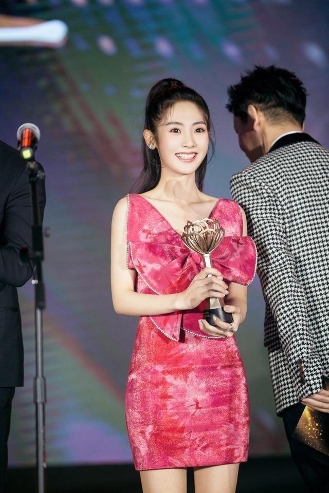 邢菲获颁年度潜力女演员殊荣 闪钻仙女裙造型吸睛