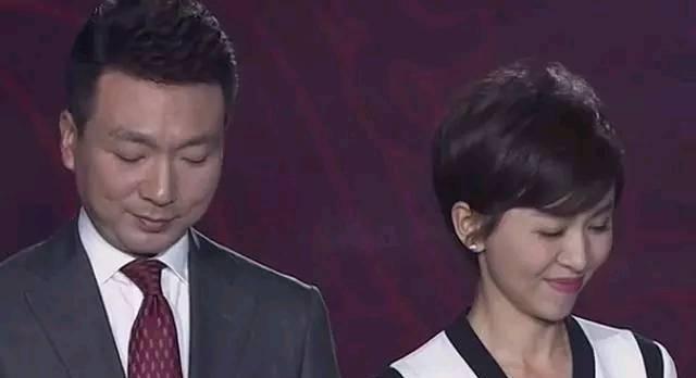 央视主持人欧阳夏丹现身活动,一身红裙,优雅端庄