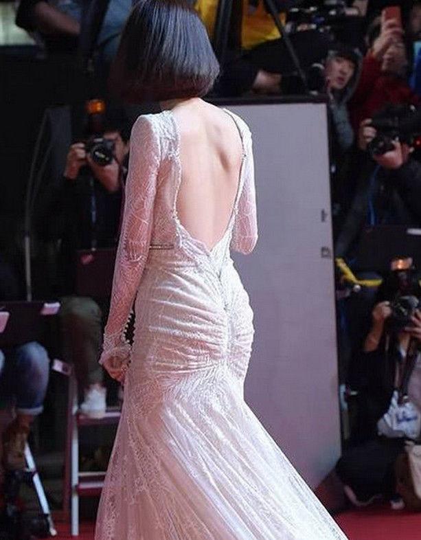 林允儿贴身长裙红毯现身,尽显浑圆美胸!大胯却让人怀疑人生!