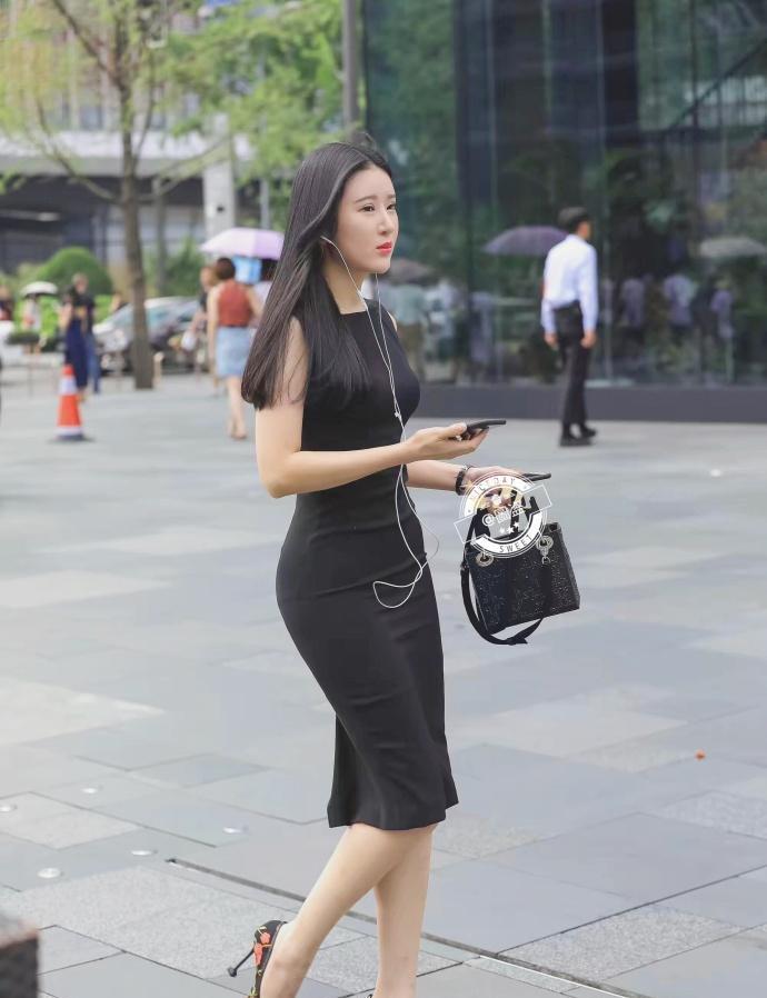 街拍: 糟糕, 是心动的感觉, 被穿黑色T恤的小姐姐撩到了