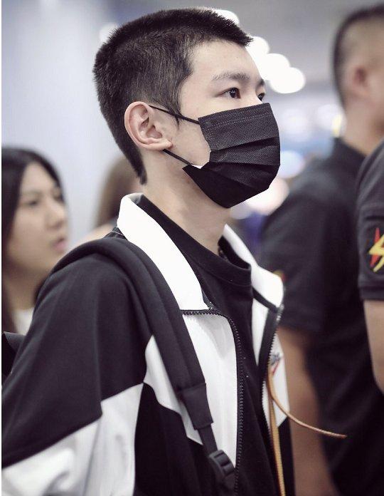 王源剪寸头穿校服现身机场,超强硬汉气质,粉丝:等你学成归来