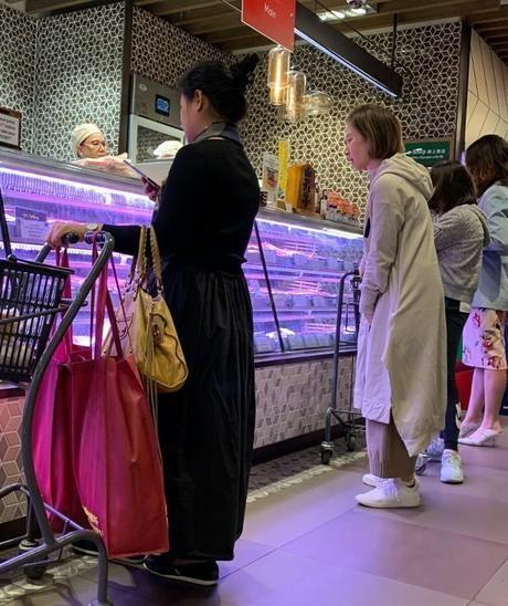 [关咏荷素颜照逆生长]关咏荷素颜带女儿超市买东西 14岁女儿身高瞩目_【快资讯】