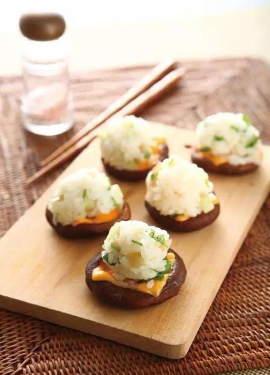 『精选』美食精选:皮蛋豆腐,烧菇一口寿司,番茄青椒炒牛肉,香辣蒜香虾