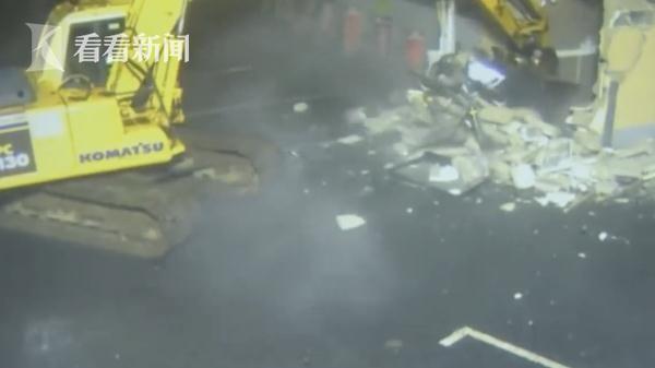 爱尔兰一男子深夜开挖掘机把ATM挖出来