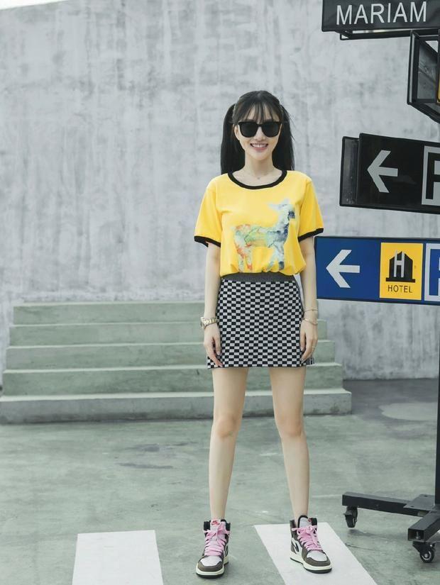 李小璐黄T恤搭纹格裙秀美腿 扎双马尾少女感十足