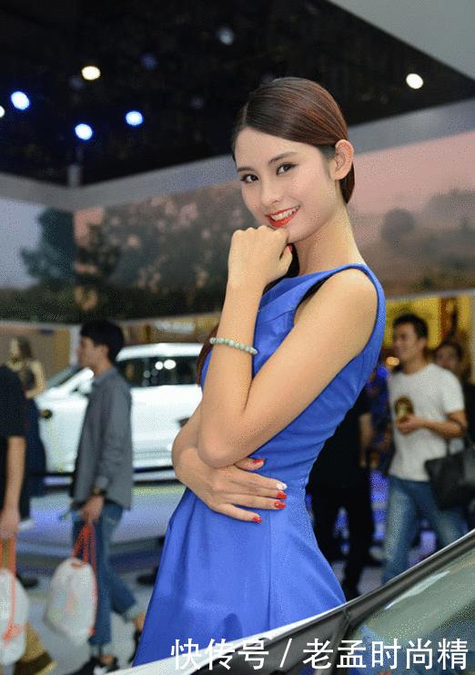 娇艳车模亮相, 蓝色长裙配秀丽长发, 笑容灿烂惹人爱