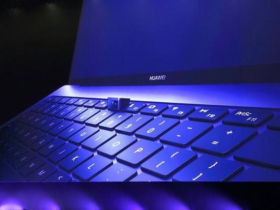 外媒看华为新款笔电:边框超窄 摄像头在键盘上