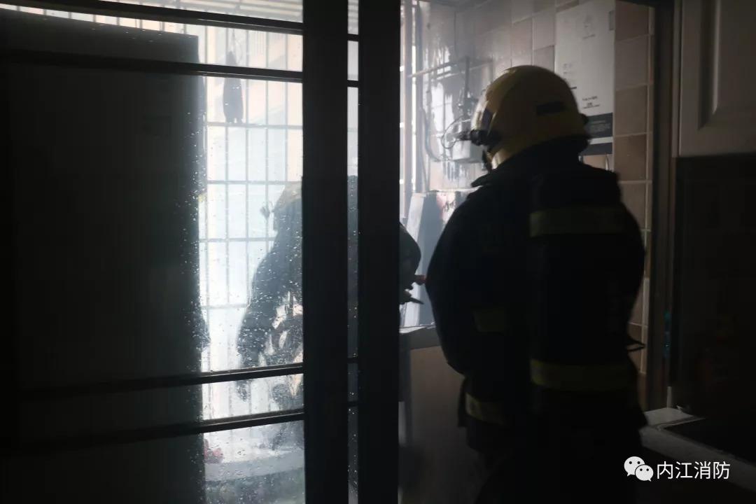 内江隆昌西湖国际一居民家中洗衣机起火引燃旁边杂物,消防官兵破门灭火