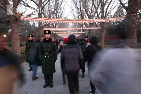 """武警战士雍和宫当""""人体闸机""""折返"""
