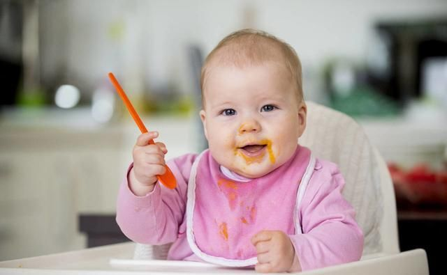 添加辅食|新生儿平均每月长几斤几两正常?附体重对照表,你家宝宝达标了吗