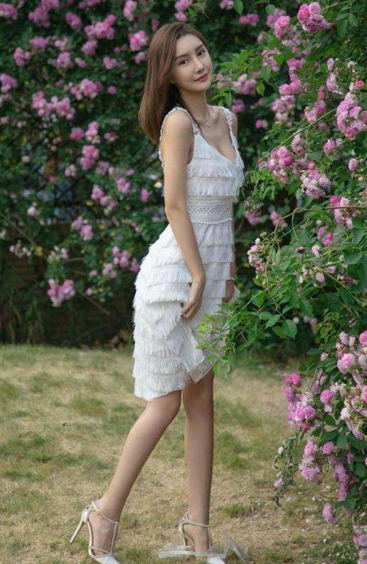 小姐姐时尚穿搭吊带紧身裙,尽显婀娜身姿