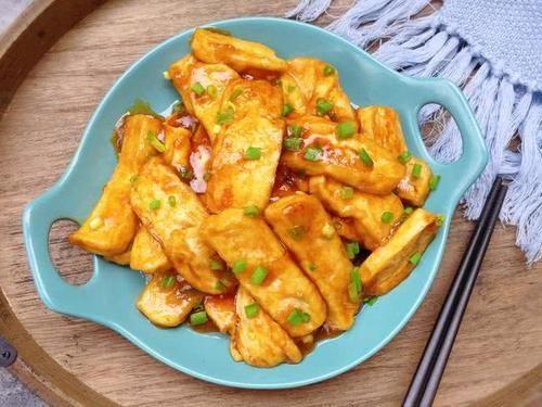 『轻松』糖醋豆腐做法,煎至金黄糖醋收汁,撒上葱花轻松搞定