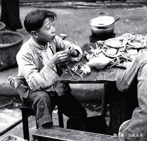 """75年前的上海街头路边摊,穷人""""狂吃""""大闸蟹,网友:生不逢时!"""