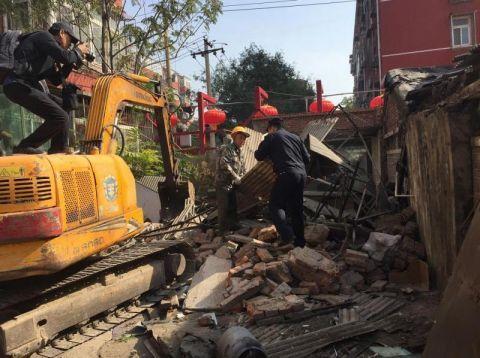 北京朝阳劲松一历史遗留违建被拆除 曾因脏乱差被举报