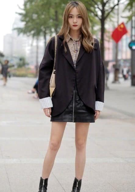 【精彩】深秋时节,用皮质裙装搭配服饰的美女,清新柔美又带着一丝帅气感