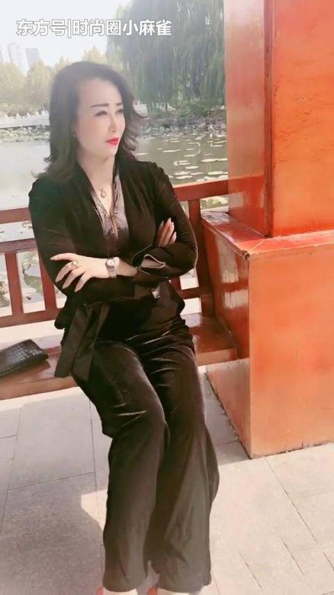 『美女』街拍:光彩夺目的美女,穿搭黑色阔腿裤,彰显成熟魅力!