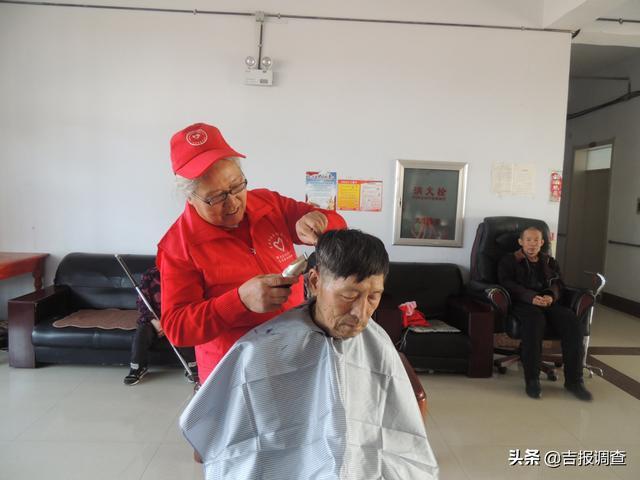 辉南县爱国社区闫玉卿甘当志愿者,为敬老院同龄老人义务理发!