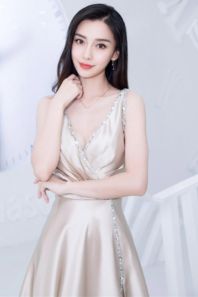 30岁杨颖美得太惊艳,穿白西装踩恨天高,霸气外露深得黄教主真传
